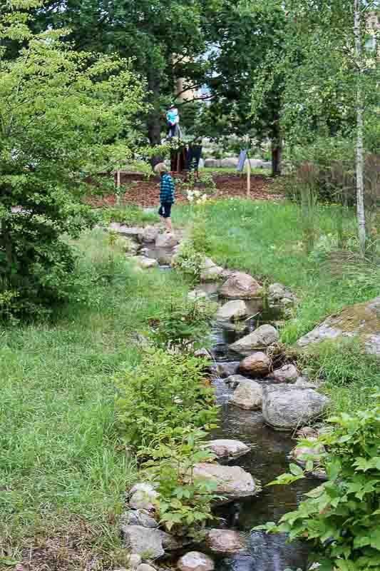 Der angelegte Bach im Garten Astrid Lindgrens Naes.
