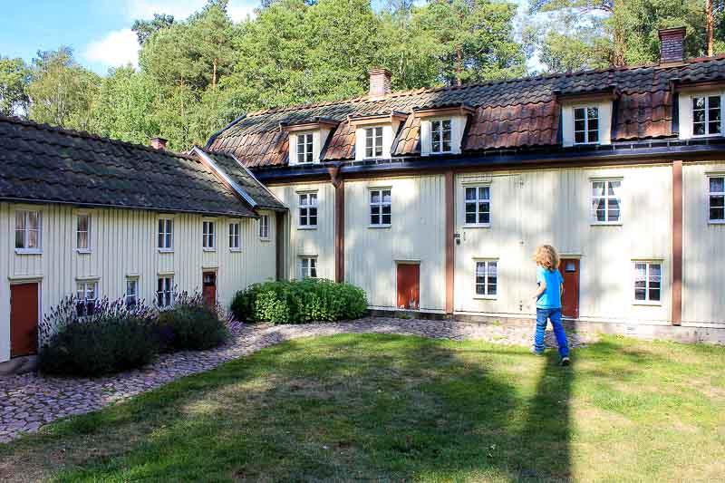 Hinter einem Haus in der Modelstadt Vimmerby