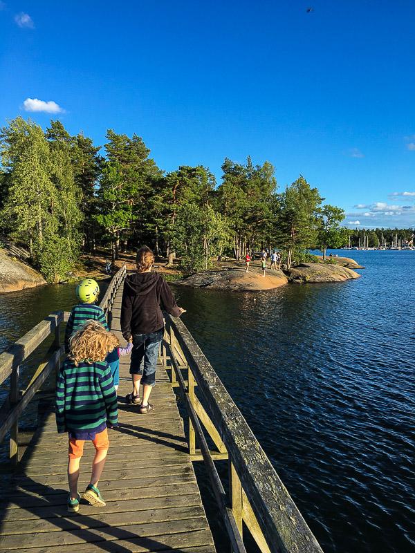 Bruecke zu einer Insel vom Campingplatz in Vaestervik aus