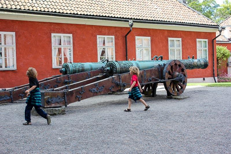 Kanone im Innenhof Schloß Gipsholm
