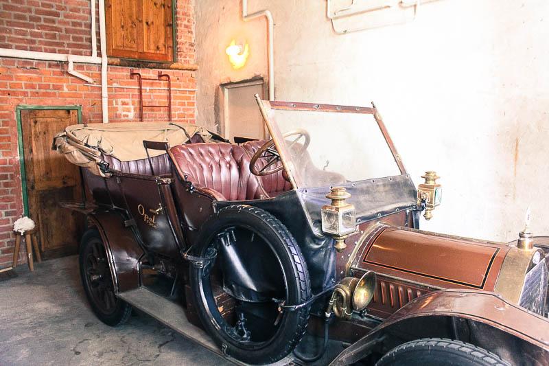 Ein altes Auto in Julita gard