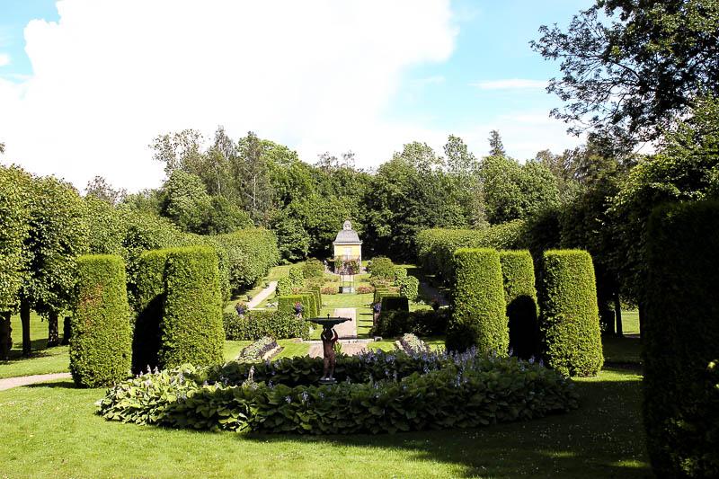 symmetrisch angelegter Garten vor Herrenhaus- Julita Garr