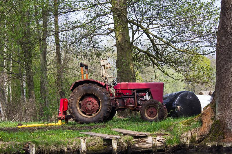 Roter Traktor im Spreewald.