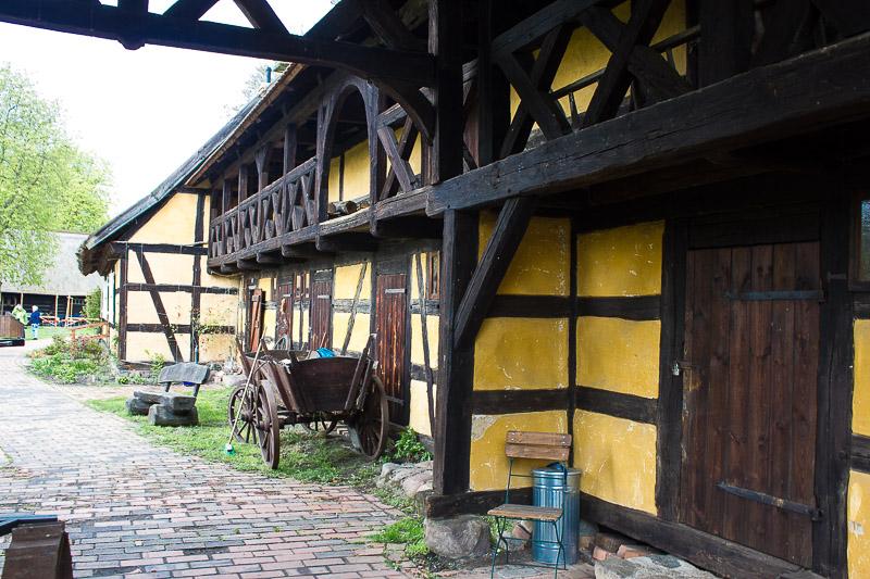 Großes Fachwerkhaus im Freilichtmuseum Lehde.