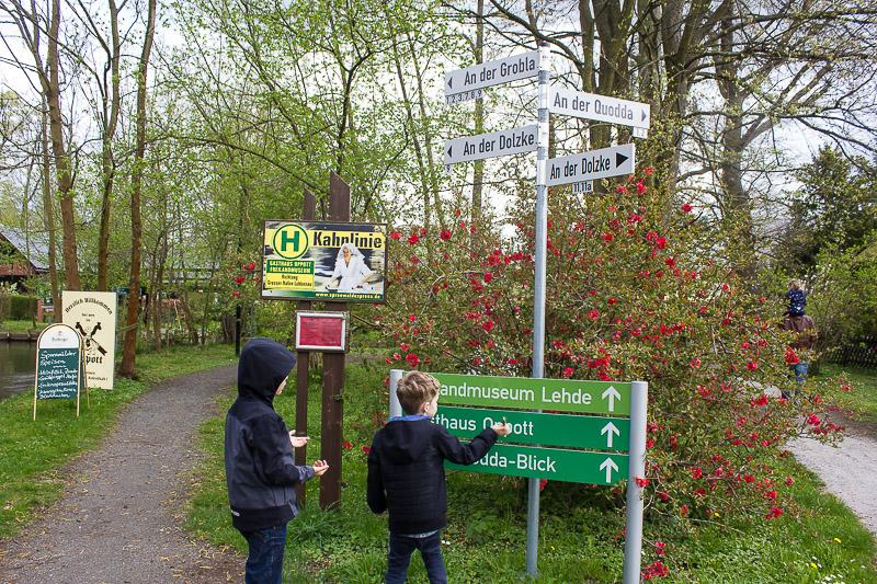 Weggabelung in Lehde im Spreewald.