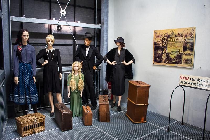 Wartende Passagiere im Spreewald-Museum in Luebbenau.