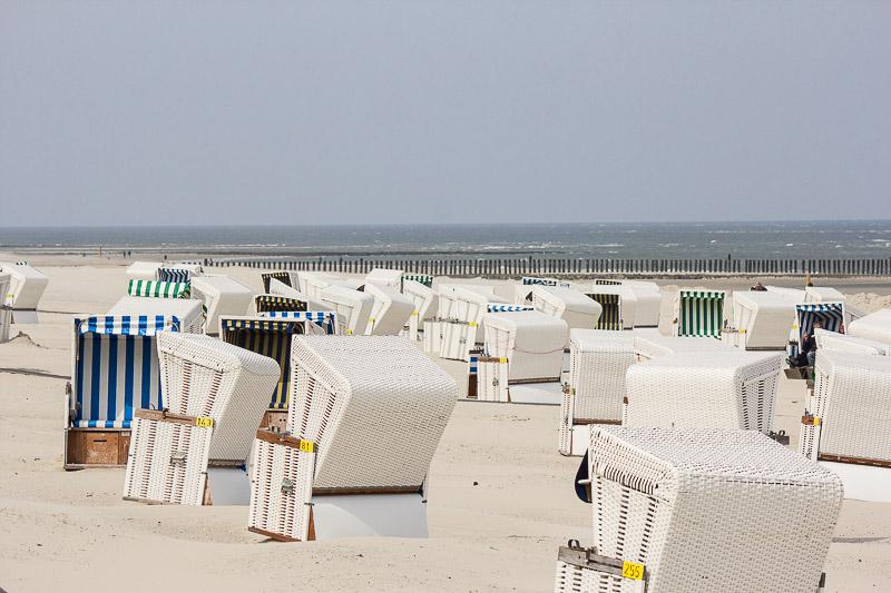 Strandkoerbe am Strand von Wangerooge.