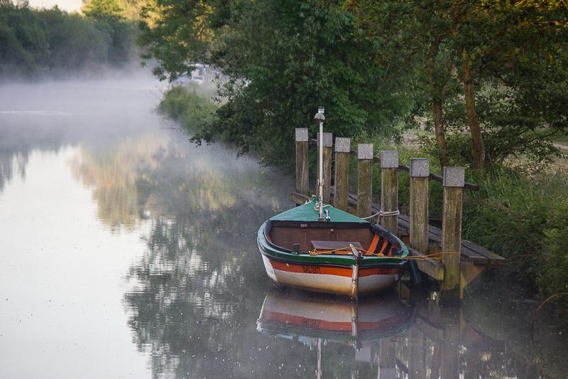 Boot auf der Hamme im Nebel.