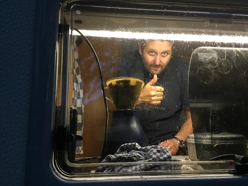 Mein Mann im Wohnwagen.