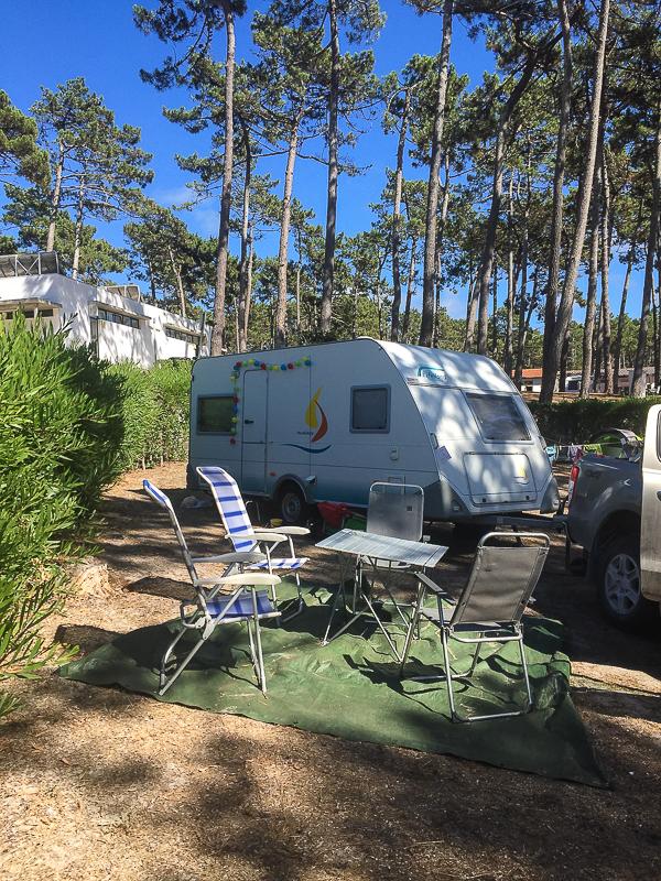 Wohnwagen auf Campingplatz in Portugal