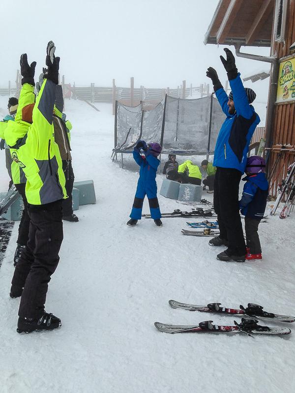 Aufwaermung vor der Skistunde.