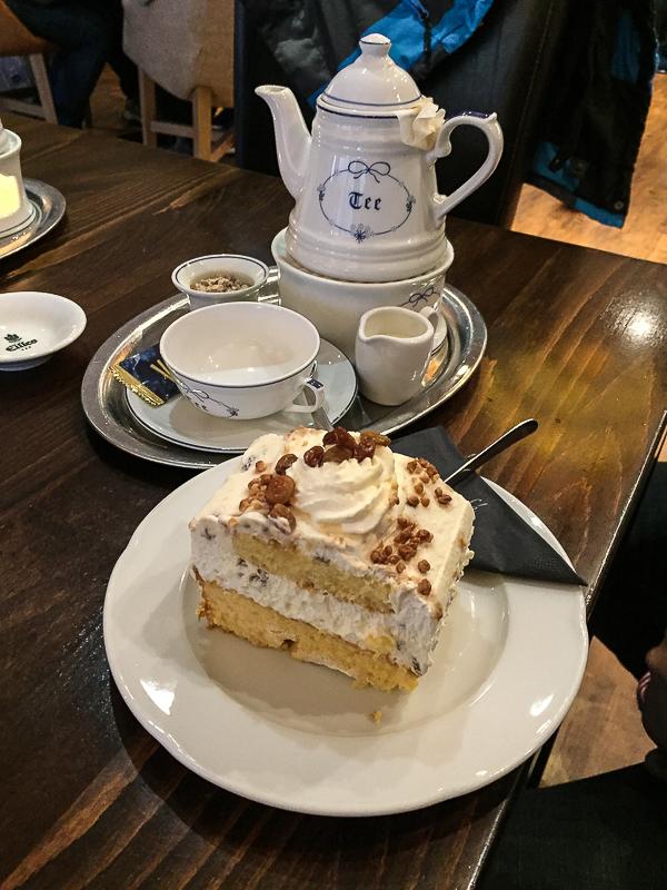 Ostfriesentee und Ostfriesenschnitte im Grande Café in Greetsiel.