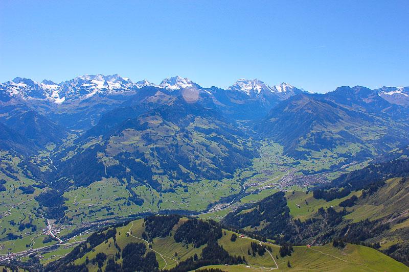 Ausblick vom Niesen auf das Frutigental im Berner Oberland Schweiz.