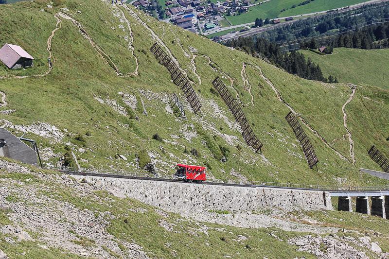 Niesen-bahn im Berner Oberland Schweiz ist eine Standseilbahn