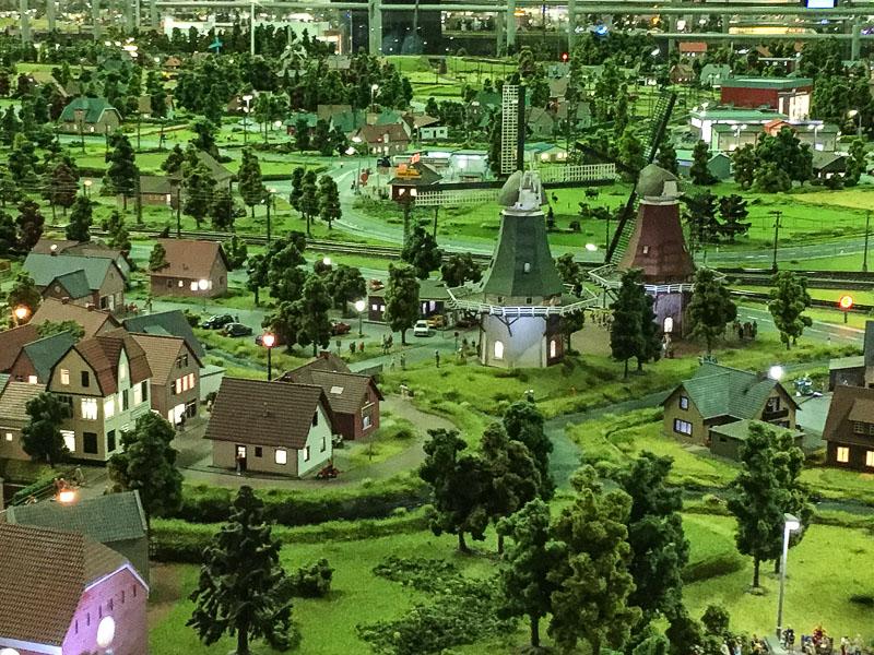 Greetsiel und die zwei Windmühlen im Miniaturland Leer.
