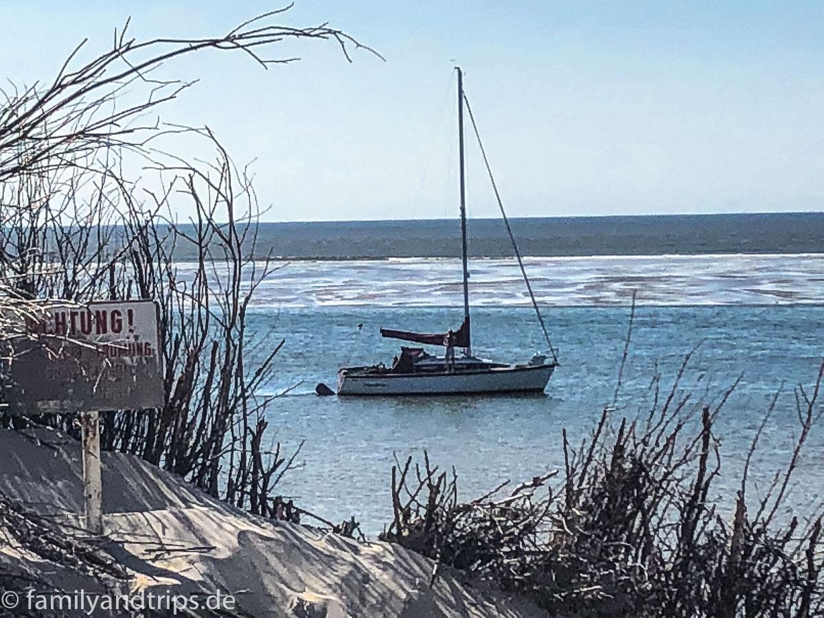 Segelboot am Strand von Spiekeroog.